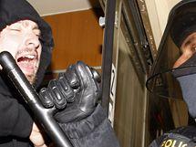 Cvičení policejního zásahu proti fanouškům ve vlaku
