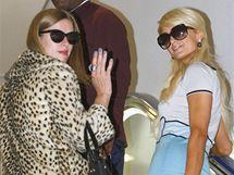 Paris Hiltonová přiletěla do Japonska se sestrou Nicky propagovat svou vlastní módní značku