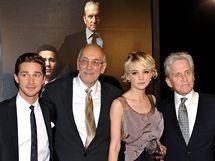 Shia LaBeouf, Frank Langella, Carey Mulliganová a Michael Douglas na premiéře filmu Wall Street: Peníze nikdy nespí