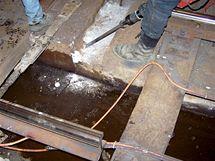 Čistění uvolněného otvoru (kapsy) v betonovém loži