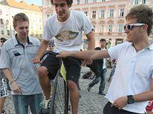 Na olomouckém Horním náměstí se mohli zájemci v rámci oslav Evropského dne bez aut svést na historickém velocipedu.