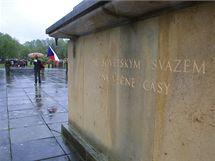 Bok pomníku v Javoříčku, který se z připomínky tragédie stal spíše symbolem režimu, během pietní vzpomínky.