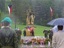 Pomník v Javoříčku, který se z připomínky tragédie stal spíše symbolem režimu, během pietní vzpomínky.