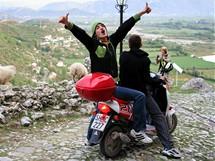 Albánie. Rozjásaná albánské omladina u pevnosti Rozafa