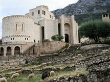 Kolosální objekt Skanderbegova muzea byl zbudován v období komunistického režimu Envera Hodži