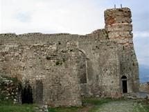 Rozafa - trosky kostela, později přestavěného na mešitu, vévodí nejvyššímu místu pevnosti
