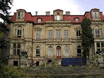 V roce 2001 připomínala Klingerova vila spíš ruinu, která každou chvíli hrozí zřícením