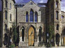 Kostelu vévodí masivní dřevěné dveře. V loftovém domě funguje i ochranka a diskrétní domovník
