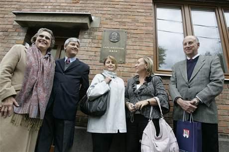 Odhalení pamětní desky na rodném domě Jana Antonína Baťi v Rybárnách v Uherském Hradišti (na snímku vlevo Dolores Ljiljana Baťa Arambasic)
