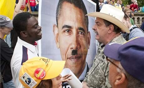 Tea Party provázejí od počátku vzniku různé kontroverze. Na snímku příznivci hnutí při protestní akci ve Washingtonu (12. září 2010)