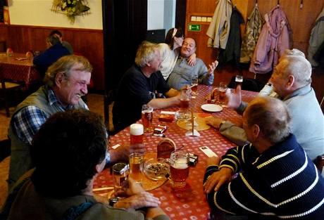 Stůl štamgastů ve Staré hospodě