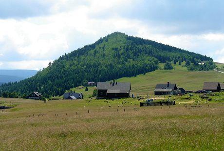 Jizerské hory. Čedičová hora Bukovec - pohled z osady Jizerka