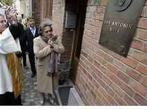 Odhalení pamětní desky na rodném domě Jana Antonína Baťi v Rybárnách v Uherském Hradišti (na snímku Dolores Ljiljana Baťa Arambasic)