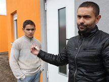 Pavel Bihary (vpravo) s klíčem od nového bydlení Romům v Holešově.