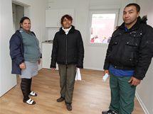 Juraj Gábor s manželkou Janou (vlevo) v novém bytě Romů v Holešově.