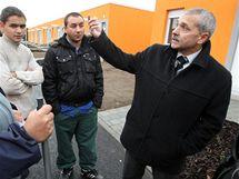 Juraj Gábor s manželkou Janou (vlevo) u nového bydlení Romů v Holešově.