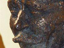 Bronzová busta libereckého rodáka Vlasty Buriana na liberecké radnici.