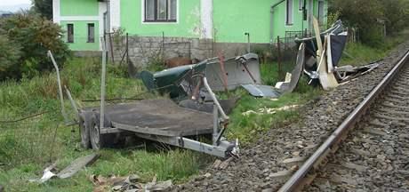 Trosky přepravníku, v němž po srážce s vlakem u Bezděkova zemřel převážený kůň (5.10.2010)