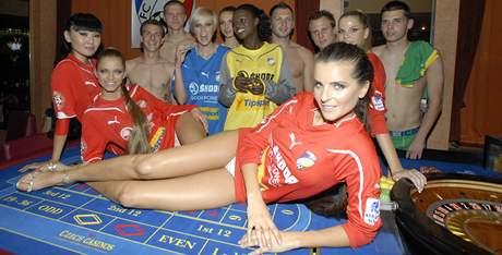 Módní přehlídka hráčů prvoligového klubu FC Viktoria Plzeň po boku známých modelek v čele s top modelkami Martinou Dvořákovou a Dinou Cassama