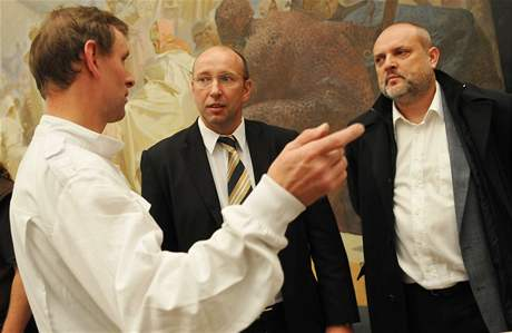 Dohlédnout na balení Slovanské epopeje přijeli do Moravského Krumlova i šéf Galerie hlavního města Prahy Milan Bufka (uprostřed) a radní pro kulturu Ondřej Pecha (vpravo)