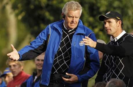 Evropský kapitán Colin Montgomerie byl při Ryder Cupu neustále v akci - zde diskutuje s Padraigem Harringtonem.