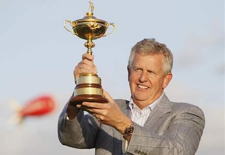 Evropský kapitán Colin Montgomerie s trofejí pro víteze Ryder Cupu.