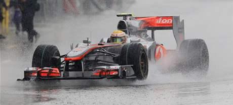 Lewis Hamilton na trati v záplavách vody třetího tréninku GP Japonska.