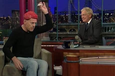 Bruce Willis v Show Davida Lettermana posolil svůj masový příčesek a dal moderátorovi ochutnat