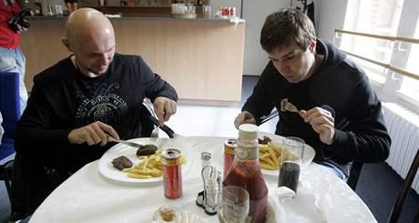 Manažer PSG Zlín Miroslav Michalovský připravil steaky z argentinské svíčkové pro zlínské hokejisty za odměnu.
