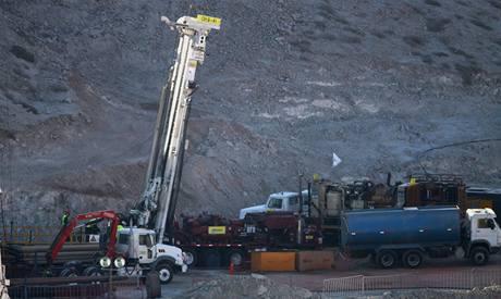 Vrtná soustava T-130, která provádí plán B k záchraně 33 zavalených chilských horníků (7. října 2010)
