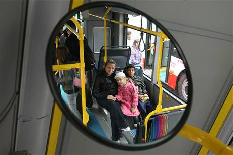 Ústecký dopravní podnik nakoupil na příměstské linky nové nízkopodlažní autobusy Tedom a Solaris.