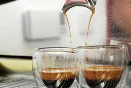 Bohatá pěna na šálku kávy