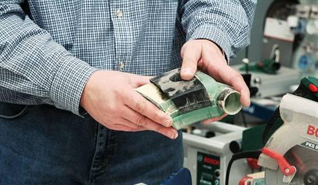 Bosch nyní nově k ruční okružní pile dodává nádobku, ve které se shromažďují piliny a prach
