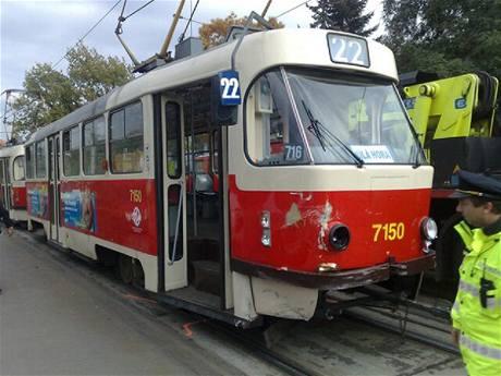 Nehoda škodovky a dvojice tramvají na Bělohorské ulici v Praze (7.10.2010)