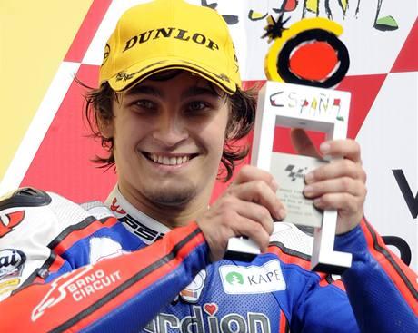 Český motocyklový jezdec Karel Abraham oslavuje na pódiu třetí místo z Velké ceny Japonska