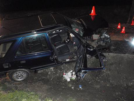 Autonehoda na Kroměřížsku. Ve vraku Škody Felicie nechal řidič raněnou spolujezdkyni