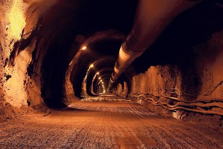 Při stavbě jedenáctikilometrového tunelu občas stavbaři narazili na nečekané potíže, jež projekt zpomalily.