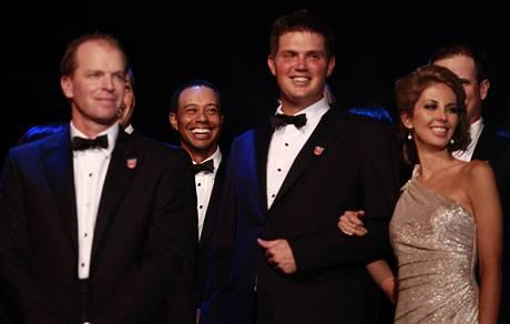 Slavnostní předvečer Ryder Cupu 2010 - Tiger Woods v pozadí bez partnerky.