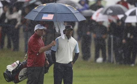 Tiger Woods dal svým oblečením najevo, co si myslí o kvalitě nepromokavého oblečení týmu USA.