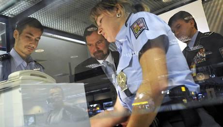 Ministr vnitra Radek John a policejní prezident Oldřich Martinů kontrolují ruzyňské letiště (