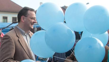 Závěr volební kampaně před senátními a komunálními volbami staví ODS plně na Petru Nečasovi.