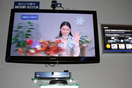 CEATEC 2010 - nový komunikační systém Panasonic umožní pohodlnější práci z domova, čímž má podle firmy mimo jiné pomoci také ke snížení emisí CO2. Novinka umí pracovat také ve 3D, což lze využít například při prodeji výrobků přes telefon, atd.