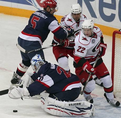 Brank�ø Petrohradu Jevgenij Nabokov likviduje jednu ze �anc� hokejistù Caroliny.