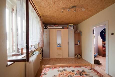 V ložnici byla stejně jako v dalších pokojích vyměněna podlaha a vymalováno