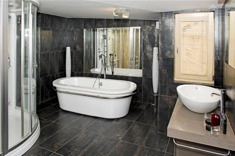 Zrcadlo ještě násobí velkorysý prostor koupelny, kam se vešla vana, sprchový kout, ale i sauna