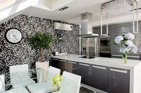 V kuchyni nechybí americká chladnička s výrobníkem ledu, pečicí i mikrovlnná trouba, myčka a indukční varná deska