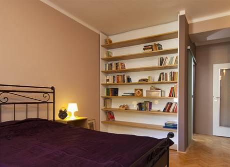 Do knihovny byly použity původní police z obývacího pokoje
