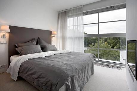 Ložnici rodičů dominuje velké okno a na míru vyrobené dvojlůžko, veškeré ostatní vybavení je zabudováno ve stěně a sousední šatně