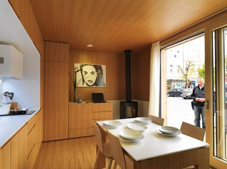 Velké francouzské okno slouží i jako vstup do domku