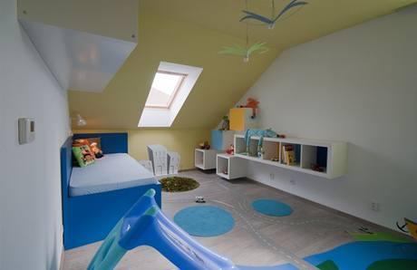 Pokojík je v modré, bílé, žluté a zelené barvě